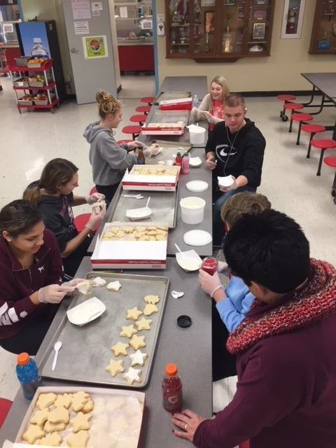 RHS Students decorating cookies for lunch
